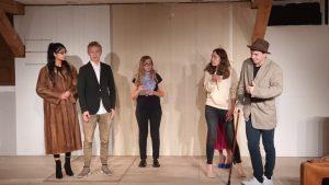 Am Freitag findet im Meringer Dachtheater die Premiere des Stück Der Weltuntergang statt.