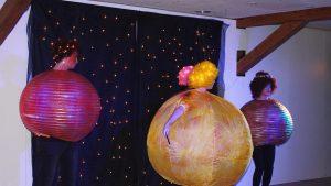 """Sonne, Mond, Venus, Mars und Saturn (gespielt von Christina Maurer, Jasmine Jandir, Jaspreet Jandir, Giovanni Barrata und Denise Bitter) ärgern sich beim Stück """"Weltuntergang"""" im Dachtheater Mering, weil die Erde irgendwie ziemlich aus dem Takt geraten ist."""